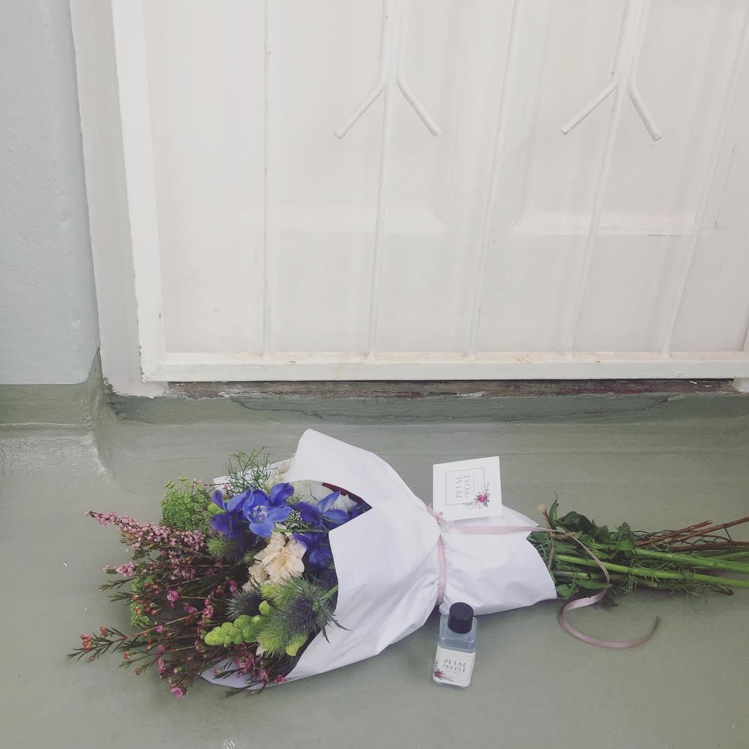 Posies in doorways. Swoon! 💌