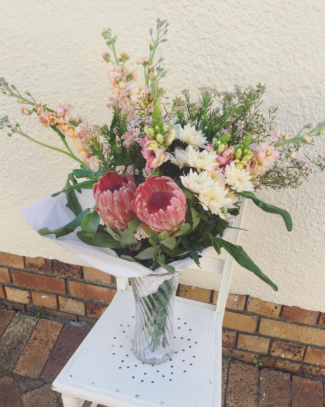 Our Single Posies always steal the show on this page, so we thought that today we would give our big beautiful Double Posy a chance to shine. Today's Posy is proteas, with amazingly gorgeous peach stocks ??, snapdragons, peach rod, blush sprays and wax ?Please order before 12:30pm for delivery today. Happy Wednesday ?