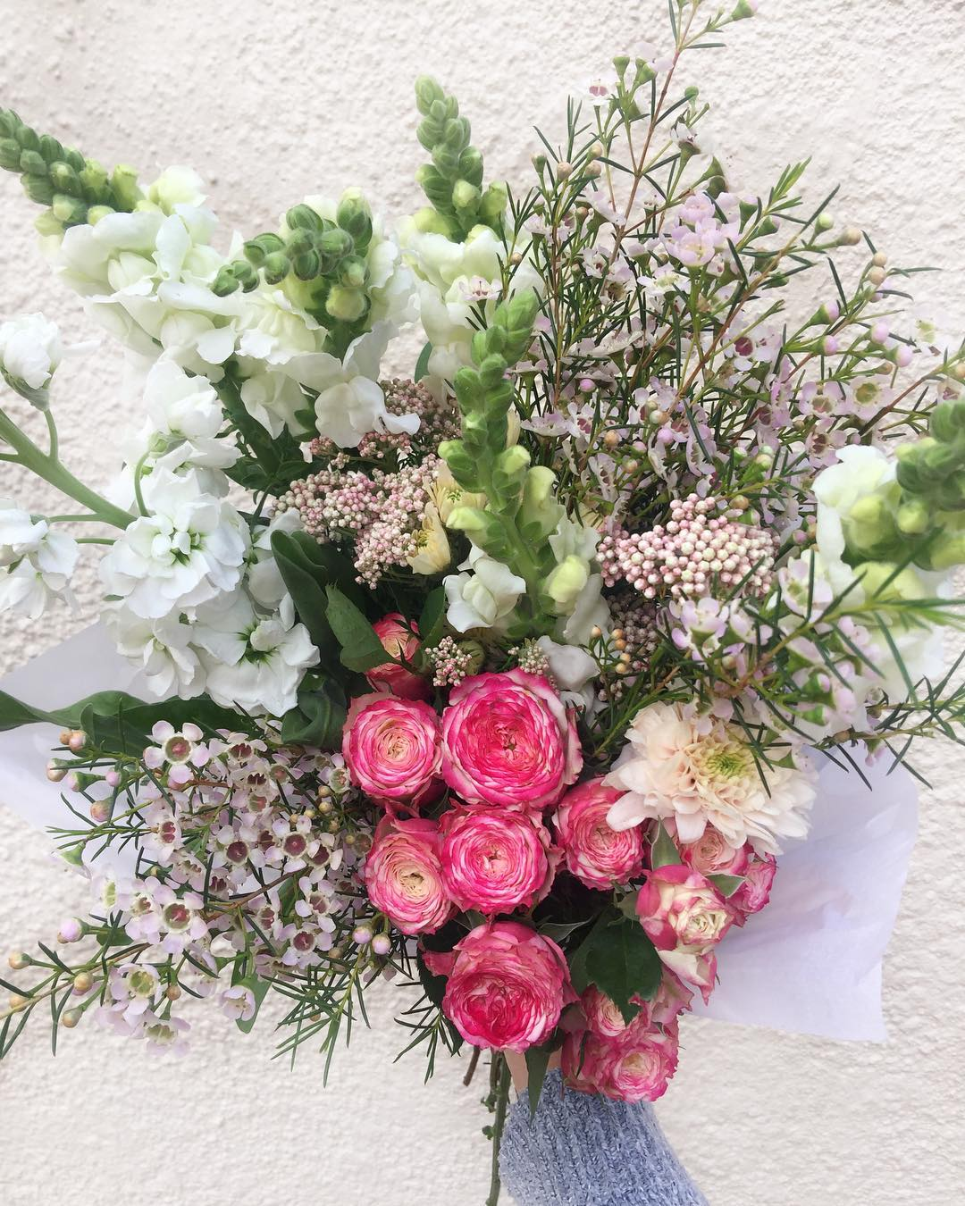 Today's Posy is cluster roses, with soft lilac wax, snapdragons, sprays, stocks and blush fynbos. Order online at www.petalandpost.co.za 🌿