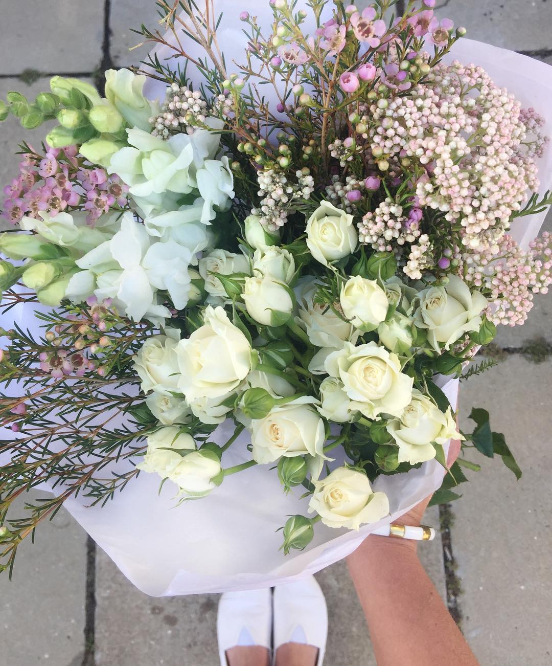 Oh so pretty! Today's Posy is white cluster roses, with rice flower, snapdragons and lilac wax ? Order before 12:30pm for delivery this afternoon at www.petalandpost.co.za