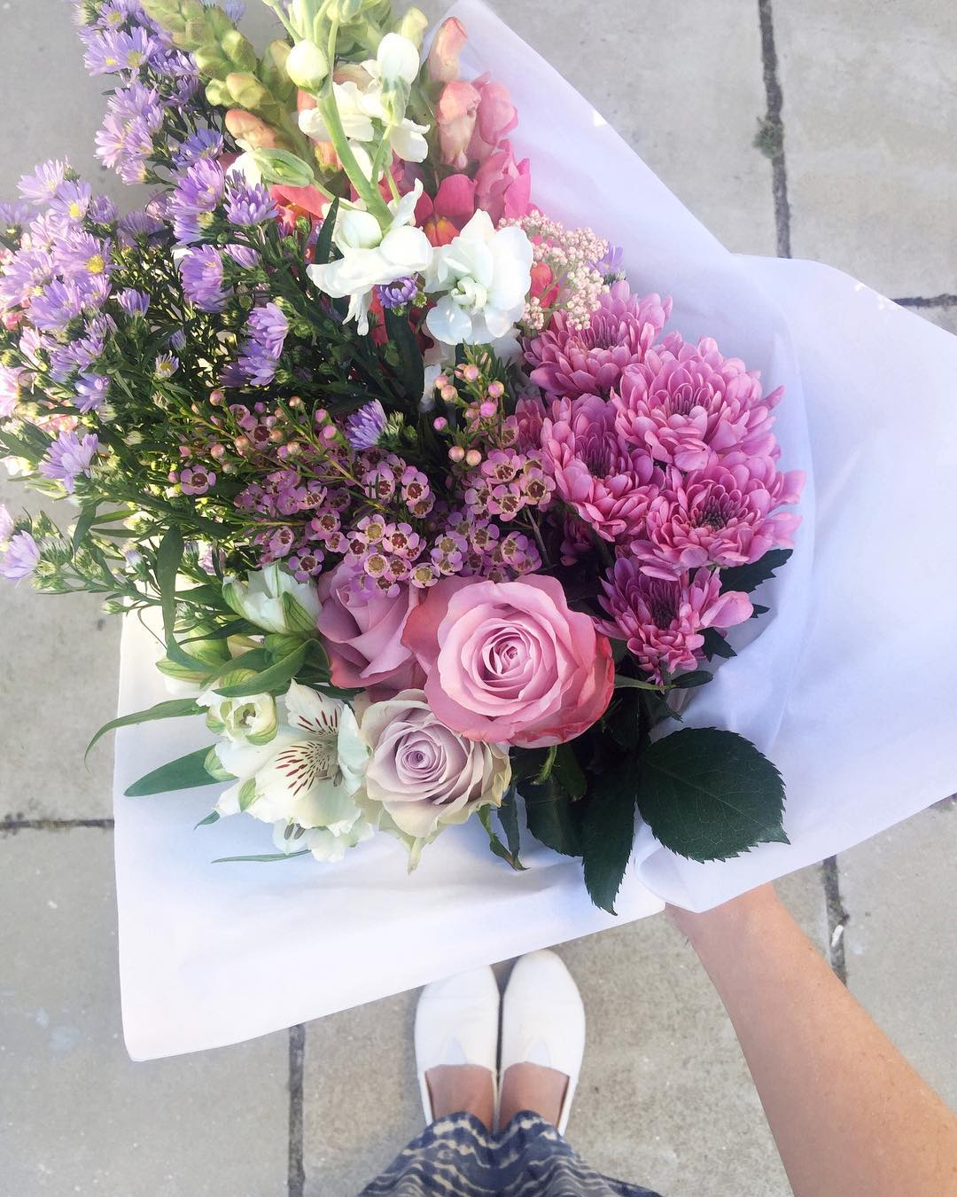 Ahhh it's Friday 🎉Today's Posy smells delicious! Pair it up with a @studiomelissalouise scented candle to help you relax into the weekend. Today's Posy is lilac and soft pink roses, with stocks, snapdragons, wax, sprays and rice flowers. Order online before 12:30pm for delivery this afternoon 🌿www.petalandpost.co.za